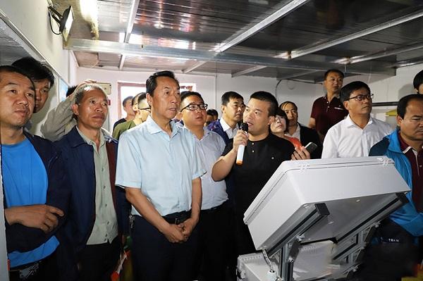 托普云农技术专家为崔增团及同行人员进行技术讲解